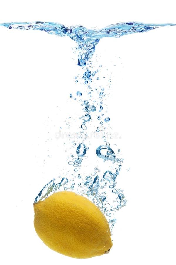 Citron dans l'eau photo libre de droits