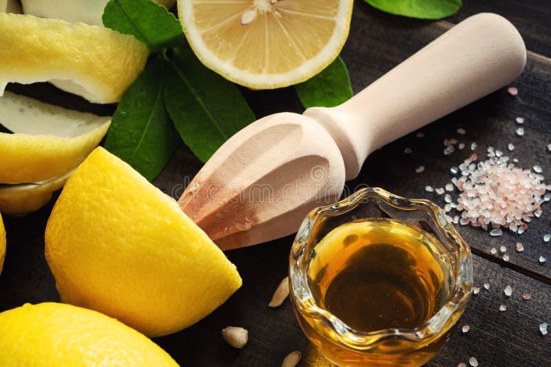 Citron et tranche frais de citron avec le presse-fruits d'alésoir de main, Juice Extractor sur le Tableau en bois photo stock