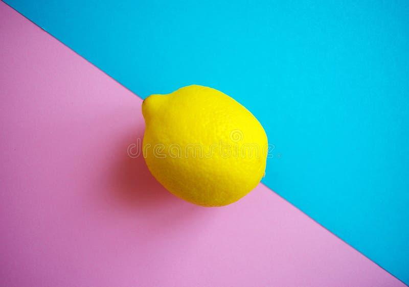 Citron frais sur le fond bleu et rose de couleur en pastel, concept de vibraphone d'été images stock