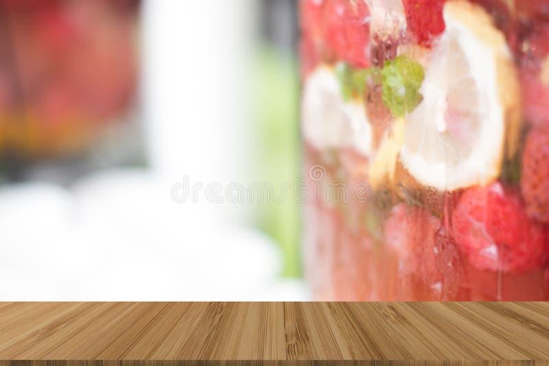 citron-, jordgubbe- & mintkaramellfruktsaft lemonadmocktail eller fruktvatten arkivfoto