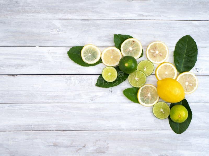 Citron med sidor på vitt trä fotografering för bildbyråer