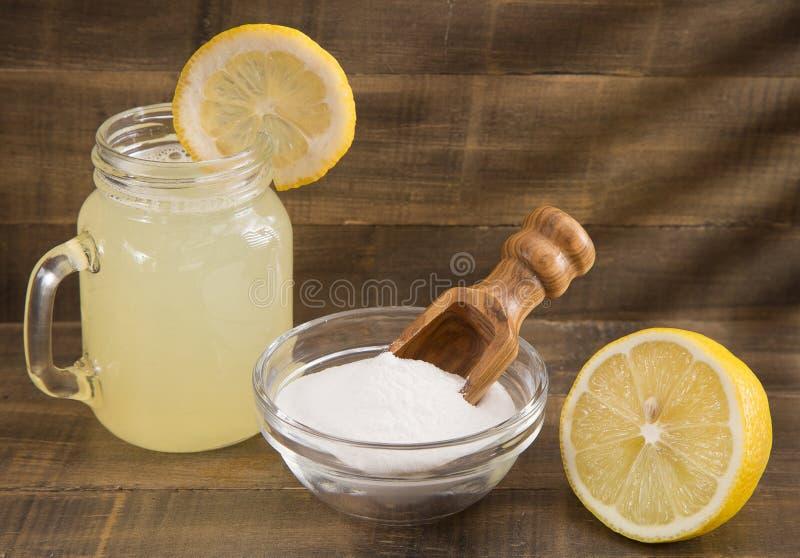Citron, natriumbikarbonat och vatten royaltyfri fotografi