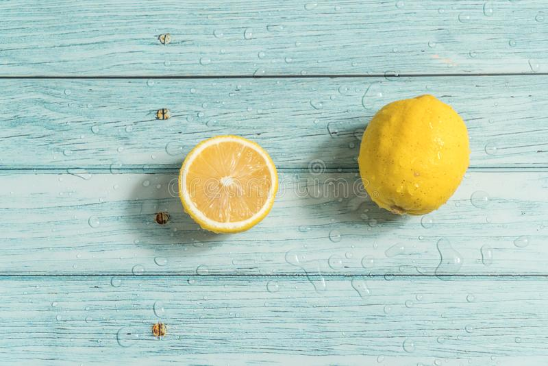 Citron och cyan wood bakgrund royaltyfri foto