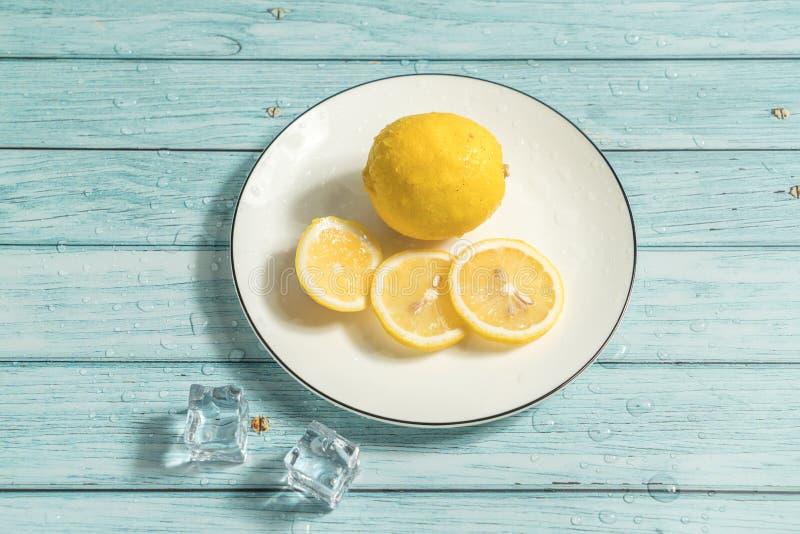 Citron och cyan wood bakgrund arkivfoto