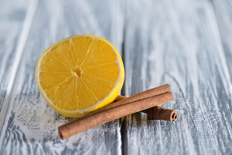 Citron och fröskidor av vaniljnärbilden på en ljus träbakgrund Frigör stället för inskrifter överst fotografering för bildbyråer