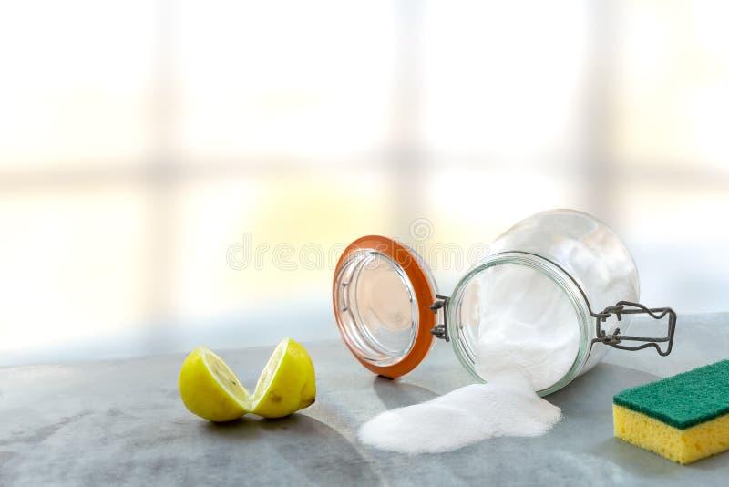 Citron- och natriumbikarbonat Eco-vänskapsmatch naturliga rengöringsmedel natriumbikarbonat, citron på trätabellen royaltyfri foto