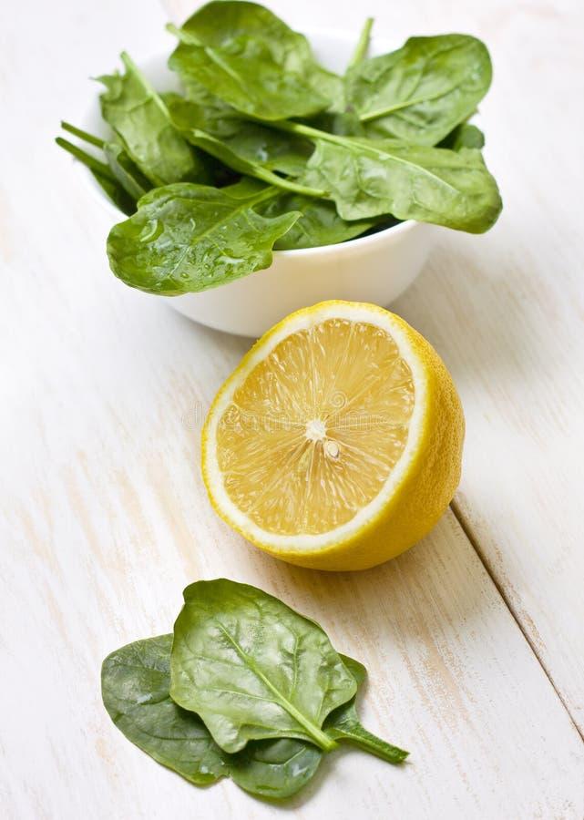 Citron och spenat royaltyfria foton