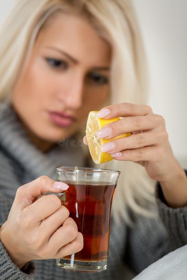 Citron och te mot förkylningar arkivbild