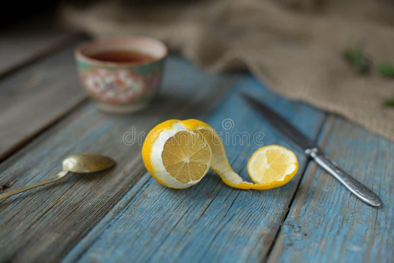 Citron på den gamla trätabellen royaltyfri foto