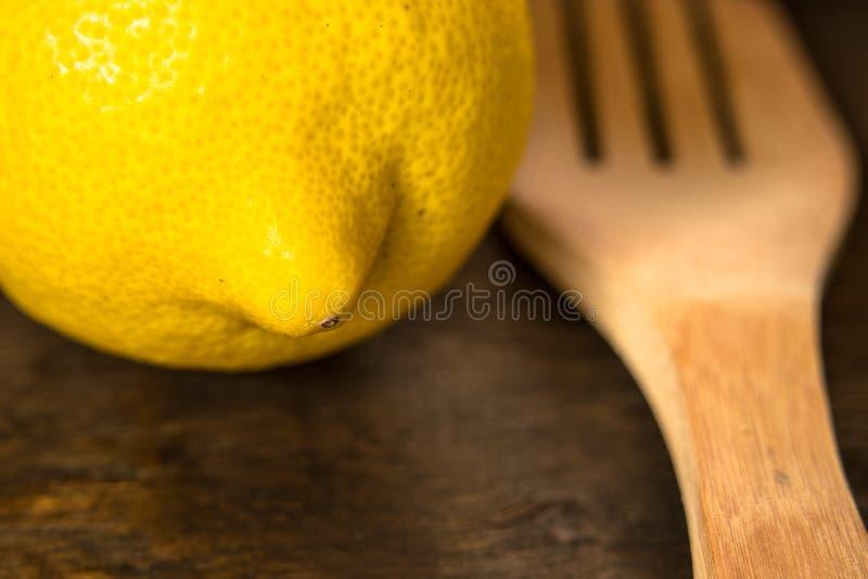 Citron på en lantlig tabell arkivbild