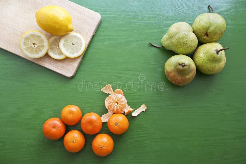 Citron, poire et mandarine pour préparer le smoothie photo libre de droits