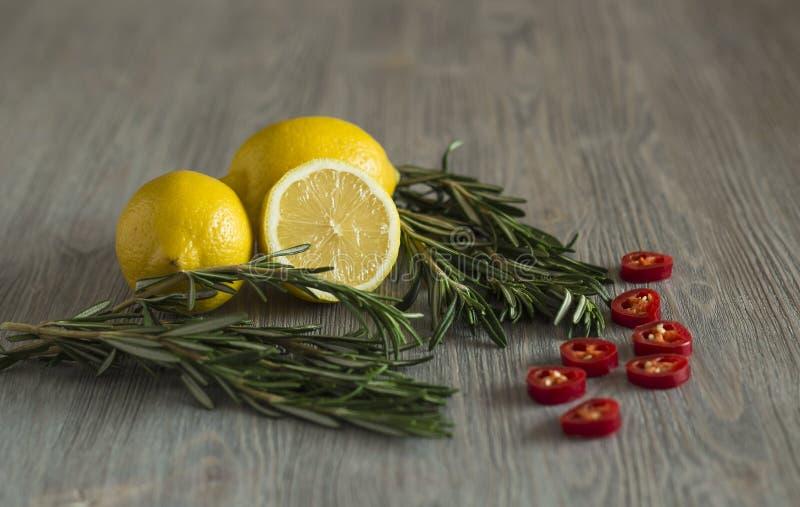 Citron, rosmarin och chilipeppar royaltyfria bilder
