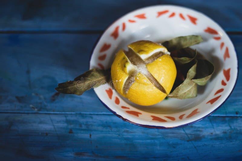 citron salé marocain conservé sur table bleue photographie stock
