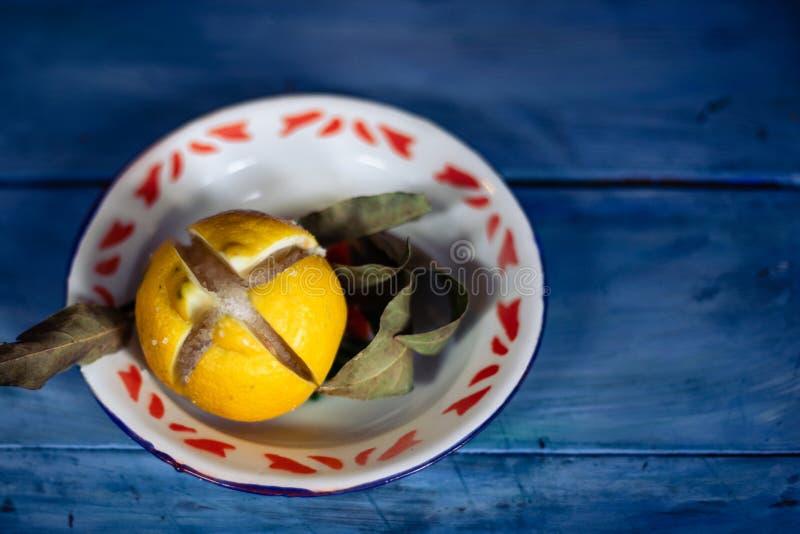 citron salé marocain conservé sur table bleue photo stock