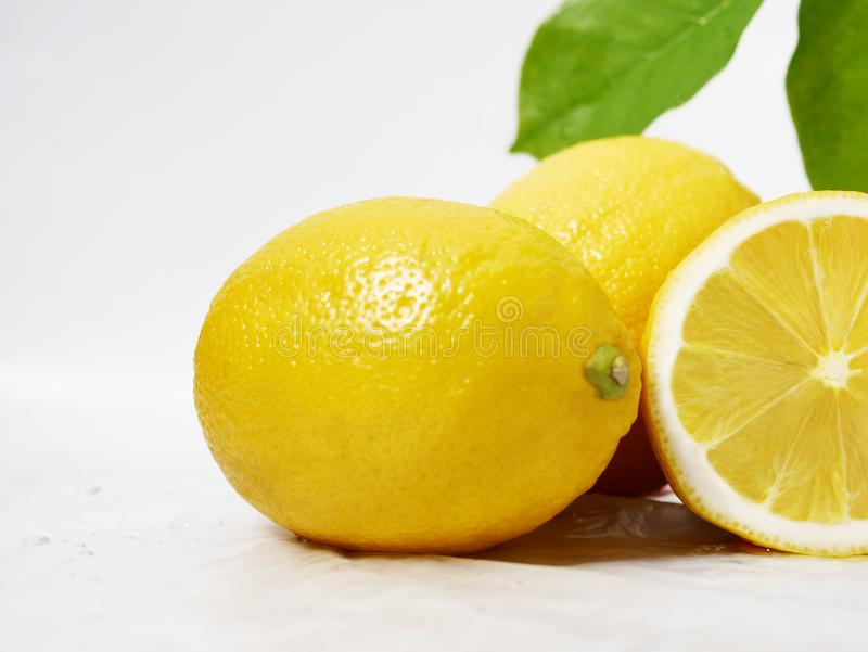 Citron som är ny med bladet för fruktbild royaltyfria bilder