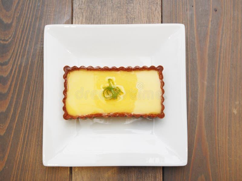 Citron som är syrlig på en platta arkivfoto