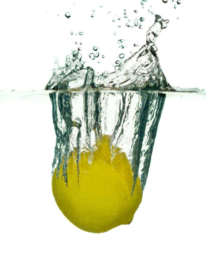 Citron tombant dans l'eau image stock