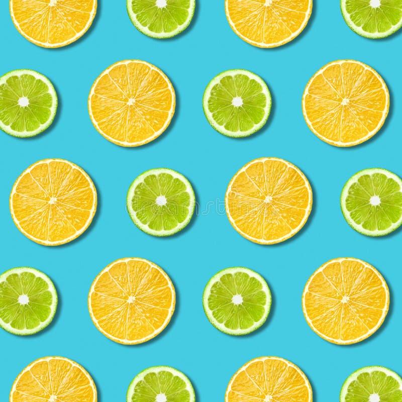 Citron vibrant et texture verte de tranches de chaux sur le fond de turquoise photos libres de droits