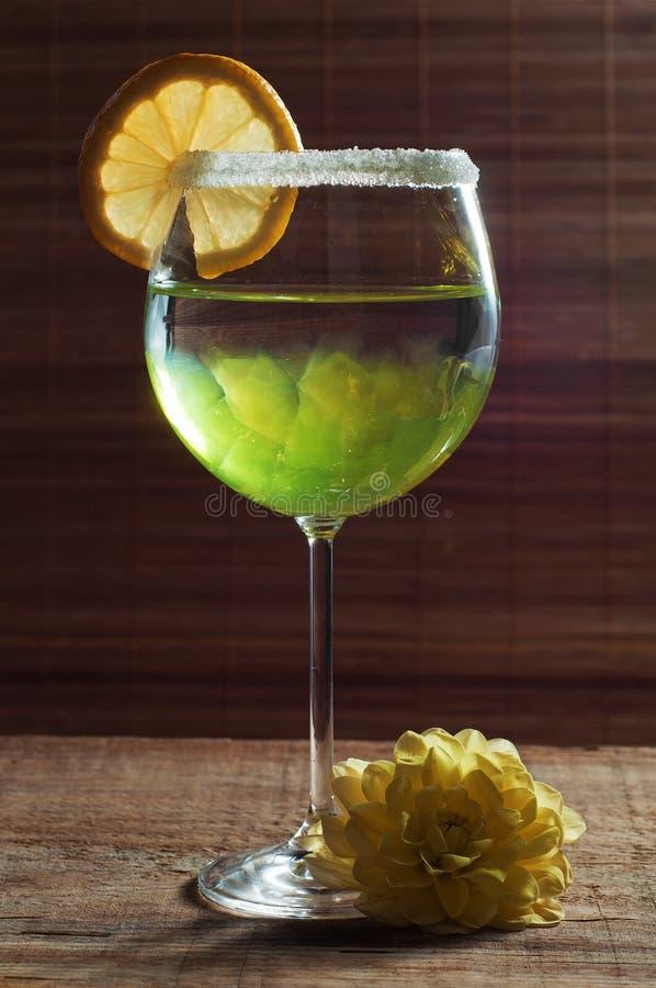 Citroncoctail i ett exponeringsglas på träbakgrund royaltyfria foton