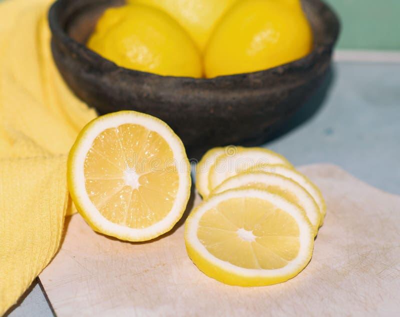 Citroner är på tabellen arkivfoton