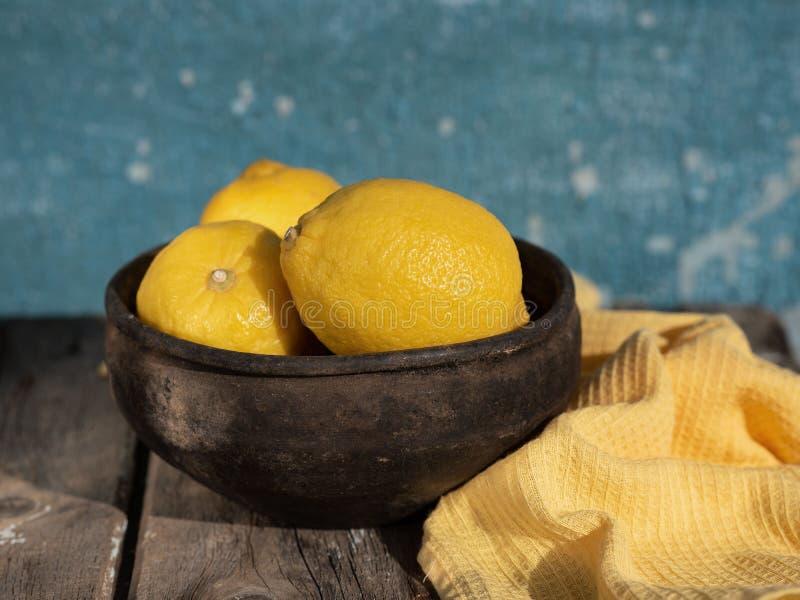 Citroner i en bunke i den öppna luften arkivbild