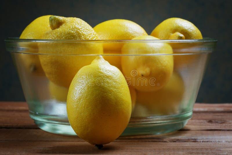 Citroner i en glass platta arkivfoton