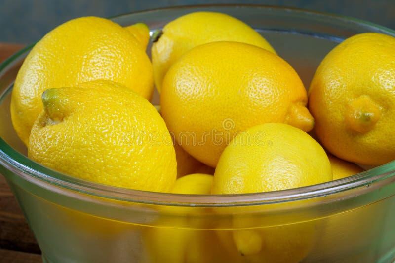 Citroner i en glass platta fotografering för bildbyråer