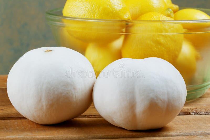Citroner och pumpa i en glass platta royaltyfri foto