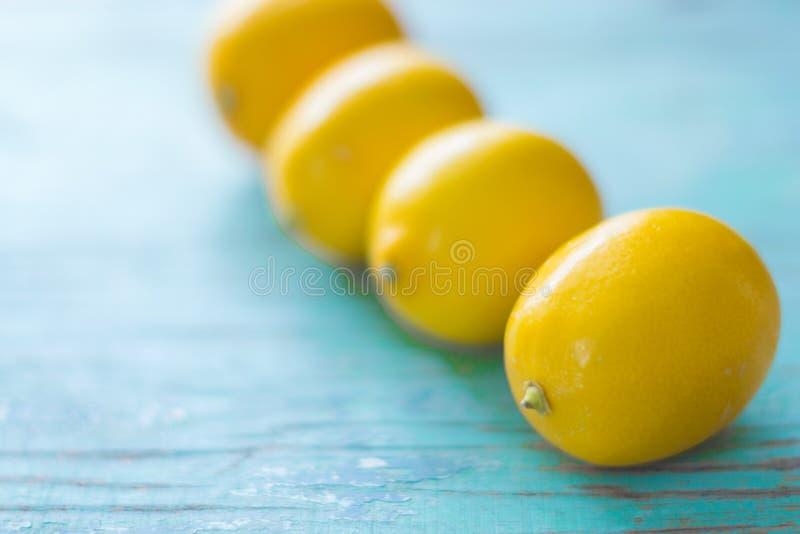 Citroner på en blå bakgrund arkivfoto