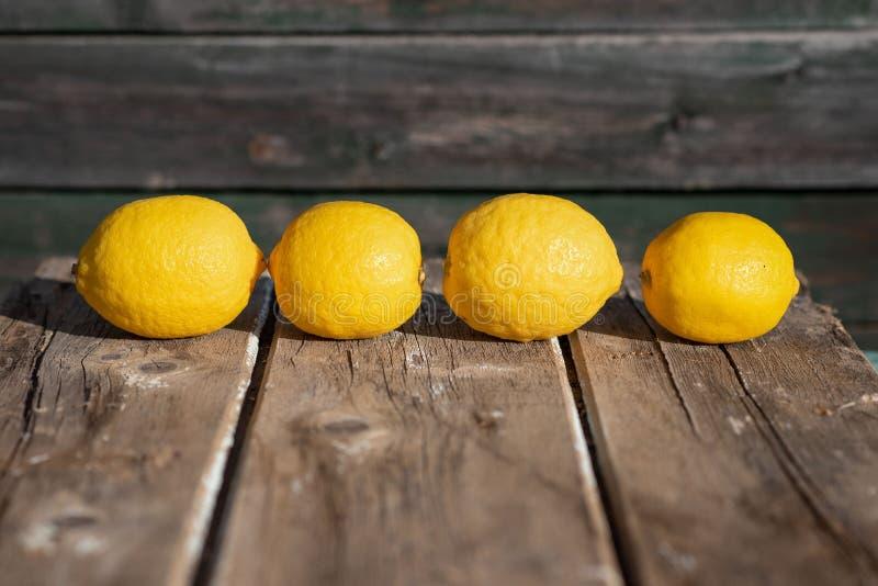 Citroner på en träbakgrund royaltyfria bilder