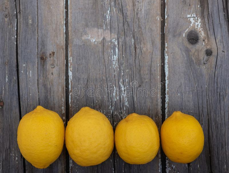 Citroner på en träbakgrund arkivfoto