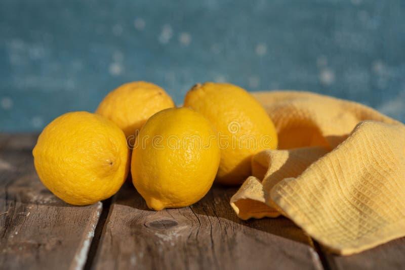 Citroner p? en bl? bakgrund arkivfoto