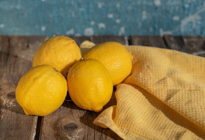 Citroner p? en bl? bakgrund arkivbild