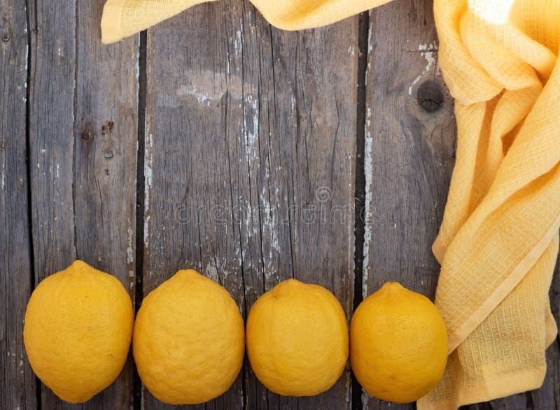 Citroner p? tr?bakgrund royaltyfri fotografi