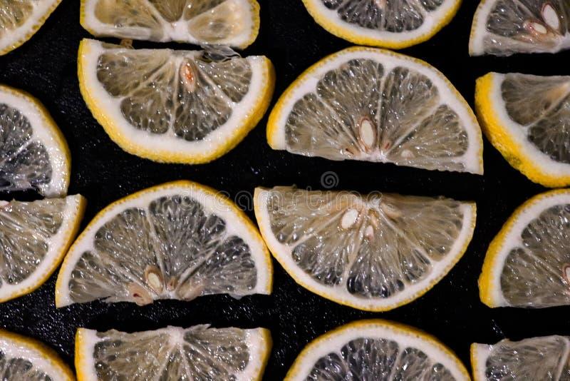 Citroner som är gula med svart bakgrund arkivfoton