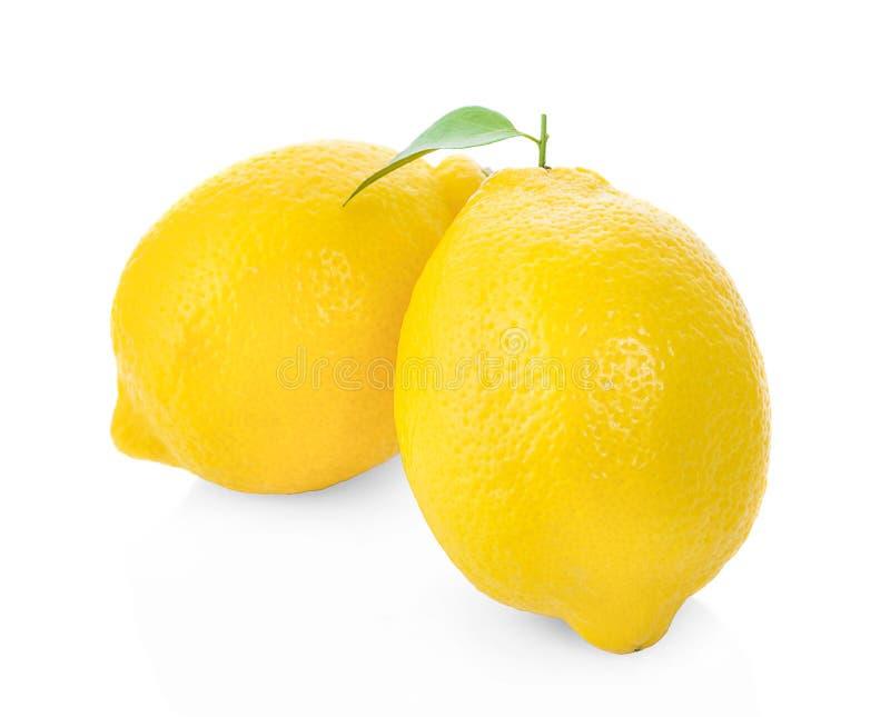Citroner som isoleras på vit bakgrund arkivfoton