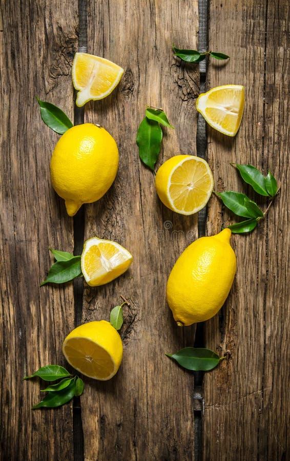 Citroner som skivas och som är hela med sidor royaltyfri bild