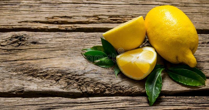 Citroner som skivas och som är hela med sidor arkivbild