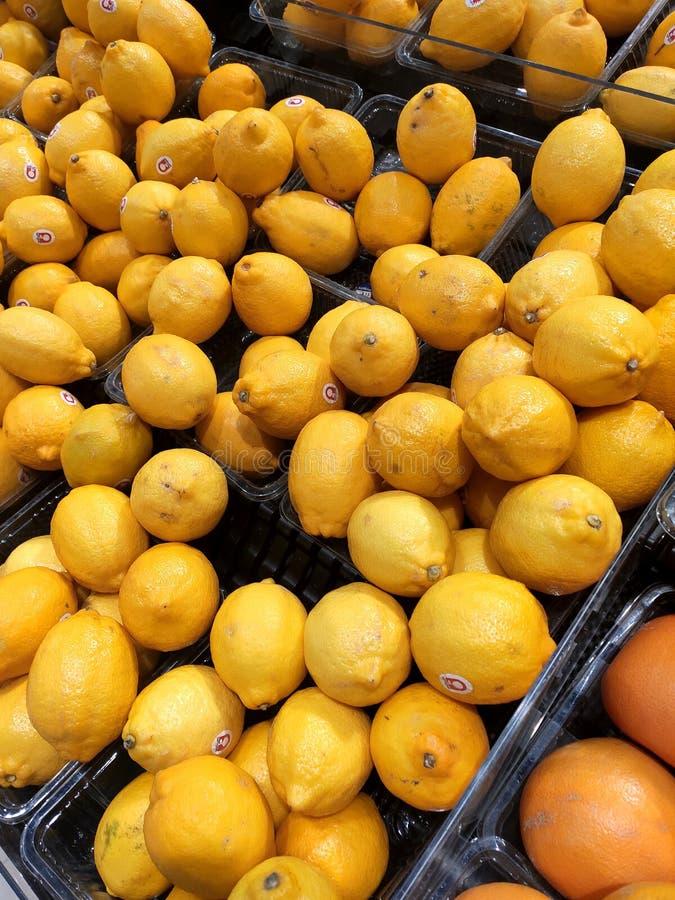 Citronfrukt på kuggen som är till salu i supermarken arkivfoto