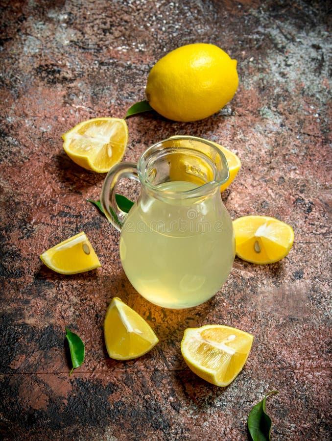 Citronjuice i picher royaltyfria foton