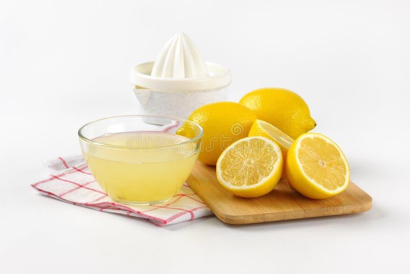 Citronjuice och nya citroner arkivbild
