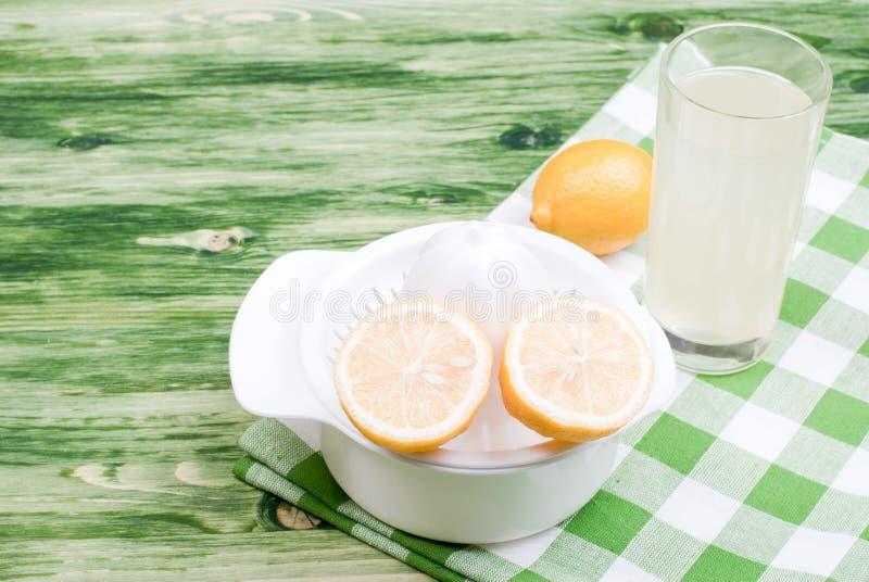 Citronjuice och typisk guling skivade citronen på en chalkboar gräsplan royaltyfri bild