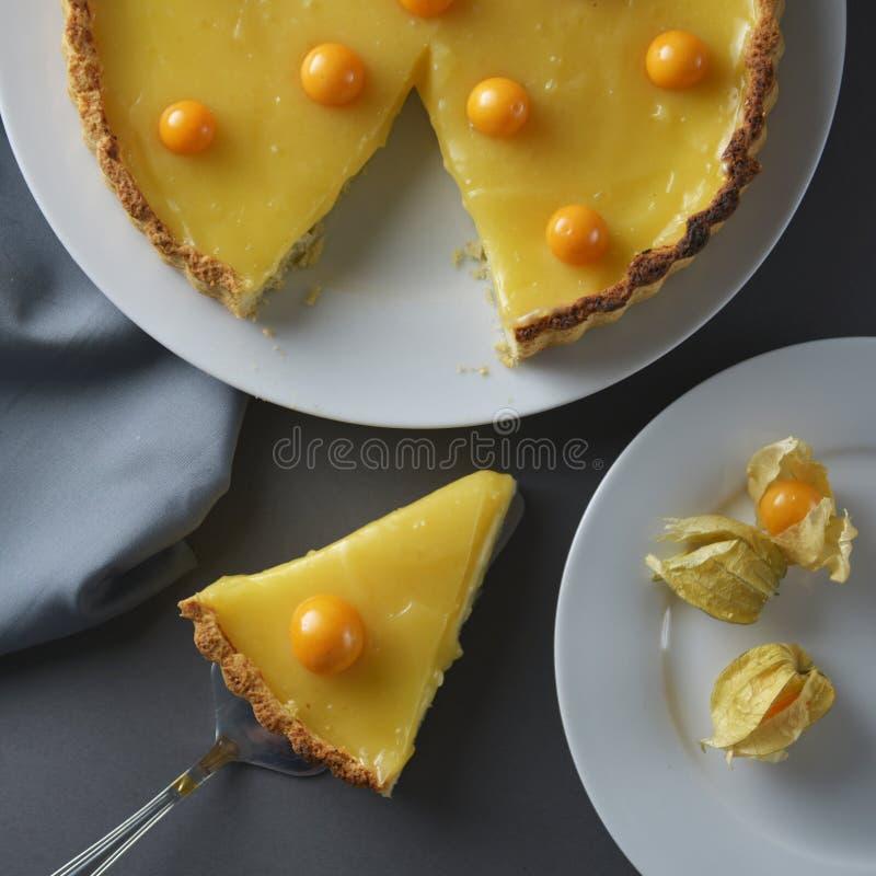 Citronkrämpaj Stycke skiva av den hemlagade läckra pajen, syrligt som fylls med citronkräm söt efterrätt Citronkrämpaj som dekore arkivbilder