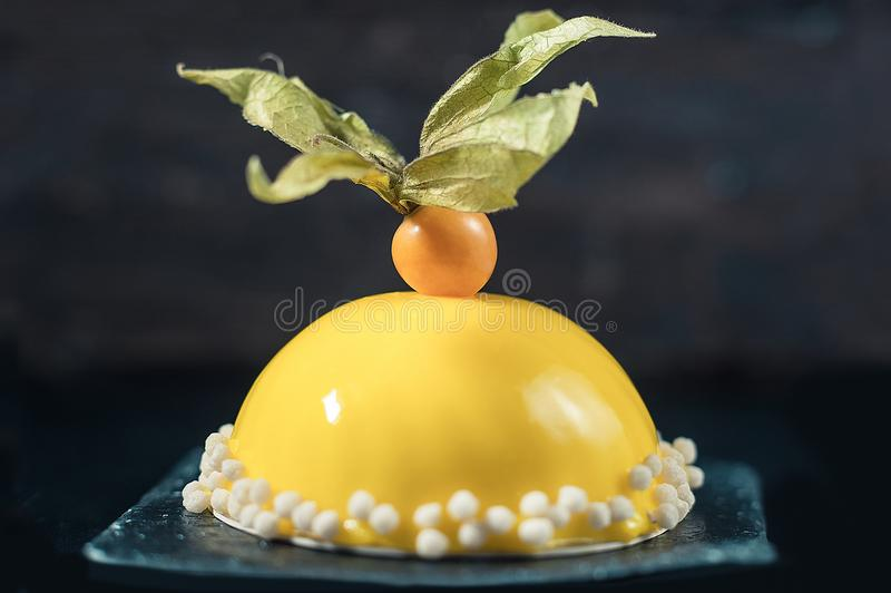 Citronmousseefterrätt med den gula spegelglasyrbeläggningen Stranda av hår vänder mot in royaltyfria bilder