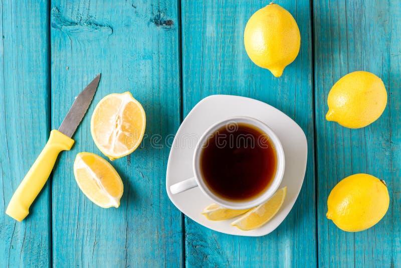 Citronmuffin med kopp te/kaffe royaltyfri fotografi