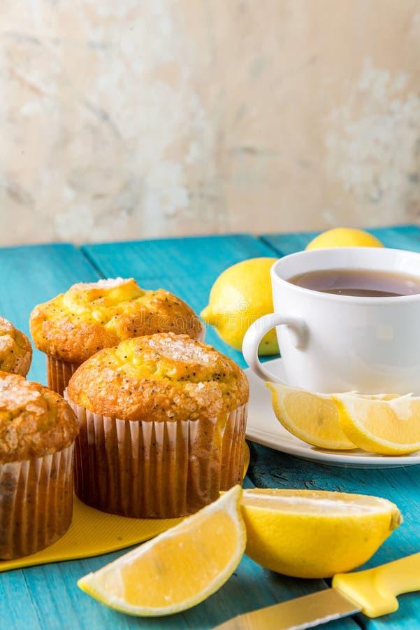 Citronmuffin med kopp te/kaffe arkivfoton