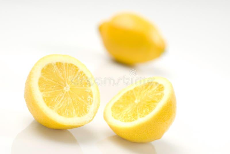 Citrons coupés en tranches d'isolement sur le blanc photos stock