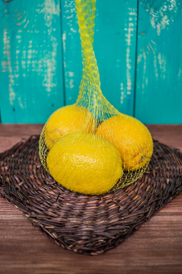 Citrons dans un sac de maille photos stock