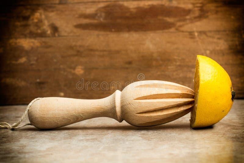 Citrons et presse-fruits en bois photo libre de droits