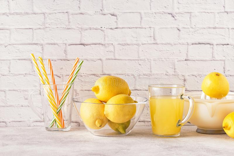 Citrons et presse-fruits pour faire le jus de citron photo libre de droits